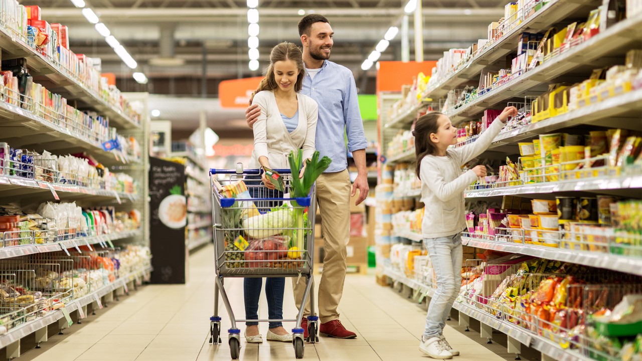 a family is shopping at the supermarket; image used for HSBC Sri Lanka Visa Platinum Cashback Credit Card Landing Page
