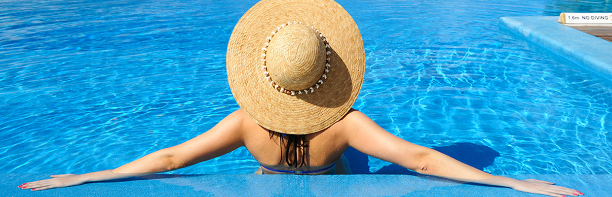 Woman with hat in swimming pool; image used for HSBC Sri Lanka Premier Offers Travel and Leisure offers page